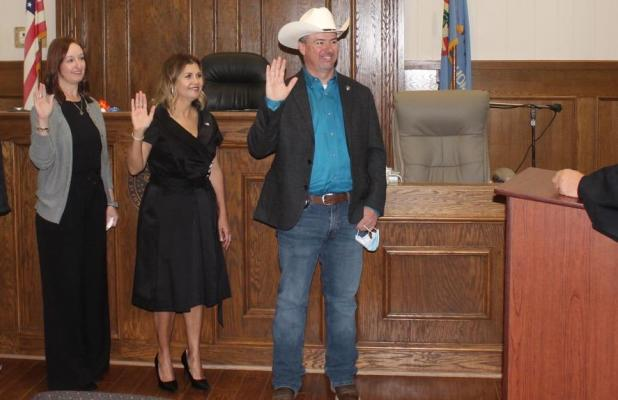 Judge Swears in New Commissioner, Newly and re-elected county officials